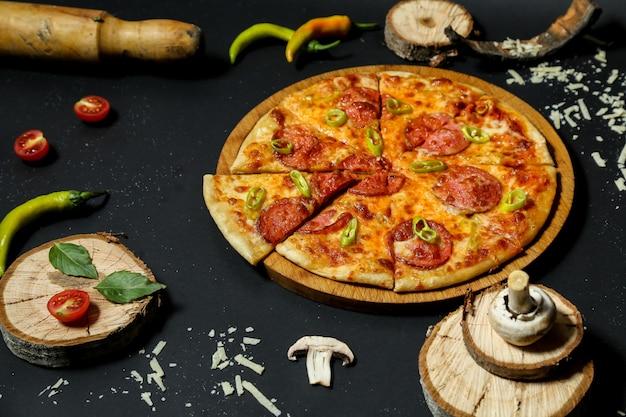Pizza com linguiça coberta com pimenta