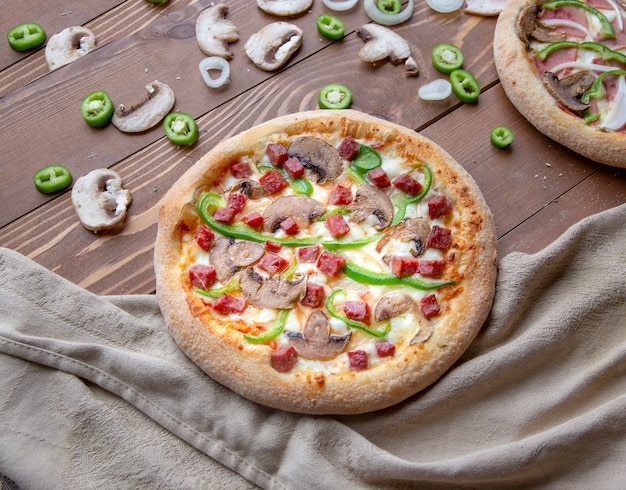 Pizza com linguiça picada, cogumelos e pimenta verde