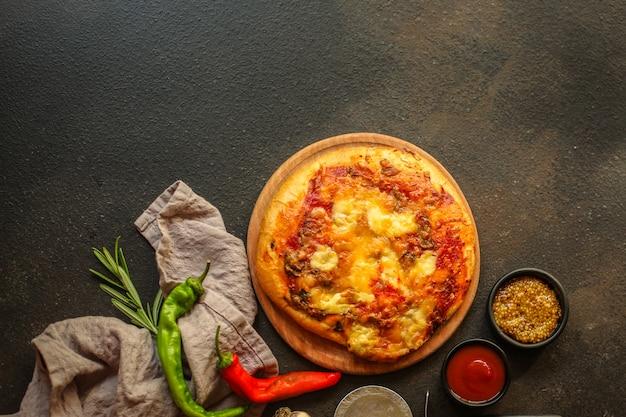 Pizza com molho de tomate e queijo