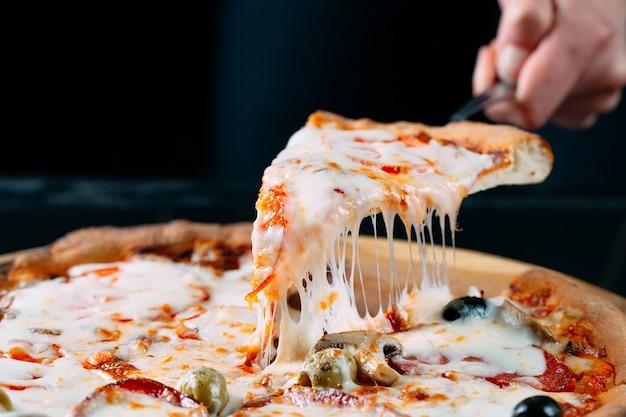 Pizza com muito queijo derretido