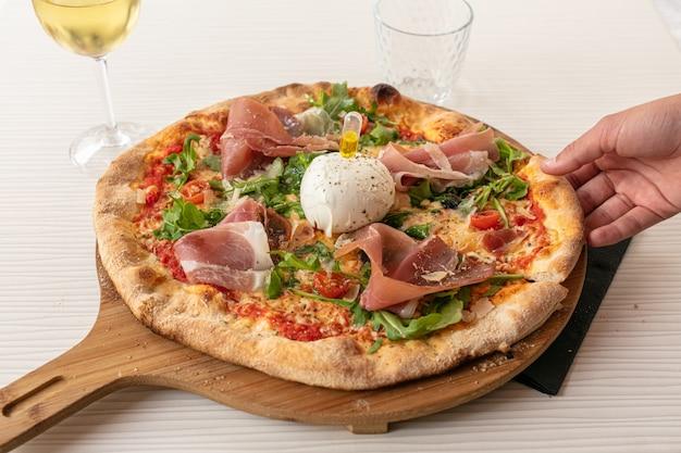 Pizza com mussarela e presunto cru