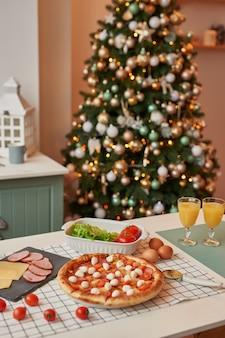 Pizza com mussarela em cima da mesa de natal