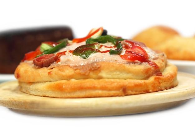 Pizza com outros petiscos sobre fundo branco