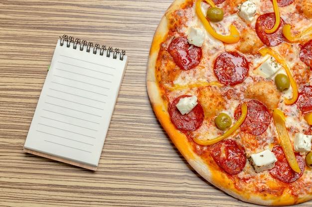 Pizza com papel em branco com cópia