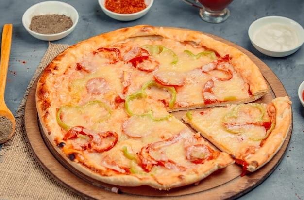 Pizza com pimentão em cima da mesa