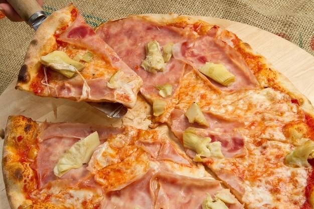 Pizza com presunto e alcachofra