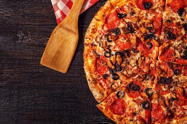 Pizza com queijo mussarela, calabresa, carne picada, cogumelos.