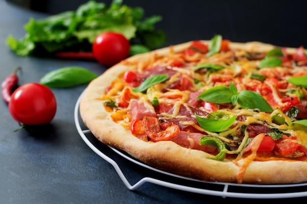 Pizza com salame, presunto, tomate, queijo e cogumelos