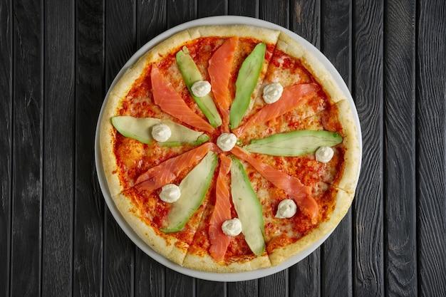 Pizza com salmão e abacate