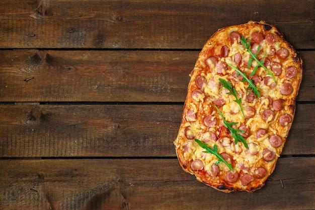 Pizza com salsichas (molho de tomate, queijo, carne)