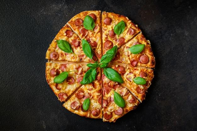 Pizza com salsichas.