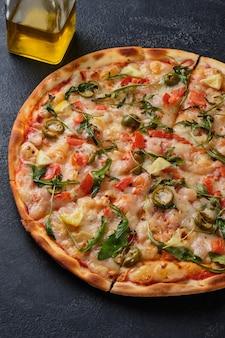 Pizza com tomate camarão rúcula azeitonas limão mussarela queijo temperos e molho de tomate