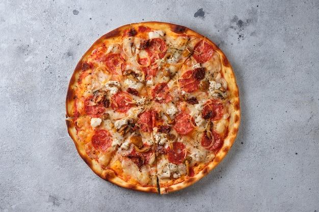 Pizza com tomate seco ao sol salsicha picante frango cebola cogumelos mel cogumelos queijo mussarela