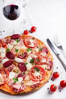 Pizza com um corte de fatia