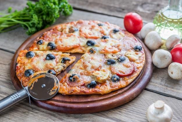 Pizza cozida na placa de madeira