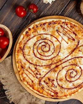Pizza crocante com queijo e molho barbecue