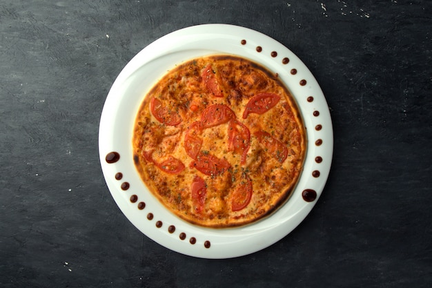 Pizza crocante com tomate