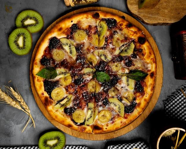 Pizza crocante feita com kiwis e banana