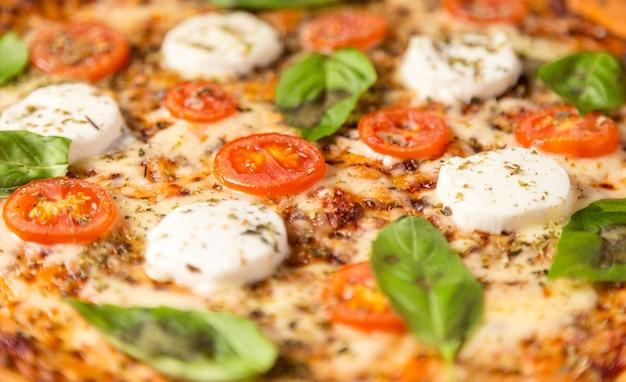 Pizza de ângulo alto com mussarela e tomate