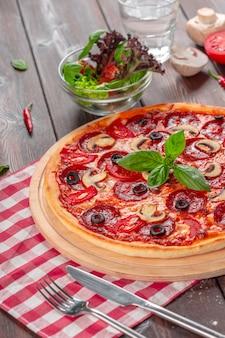 Pizza de calabresa caseira quente