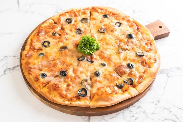 Pizza de calabresa com azeitona