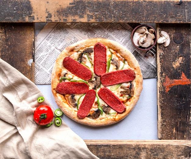 Pizza de calabresa com cogumelos, tomate e pimenta verde.