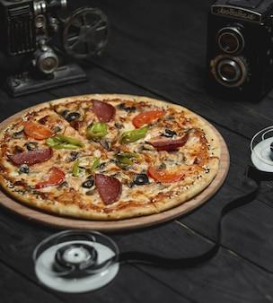 Pizza de calabresa com ingredientes misturados