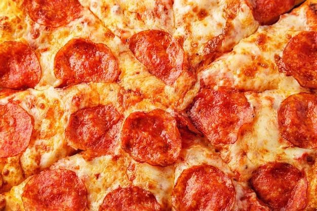 Pizza de calabresa com queijo mussarela e molho de tomate