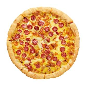 Pizza de calabresa com salsichas, molho de tomate e queijo isolado no branco.