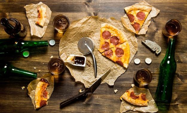 Pizza de calabresa e cerveja para quatro pessoas
