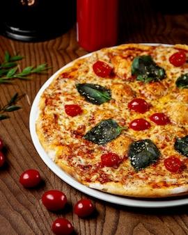 Pizza de calabresa em cima da mesa