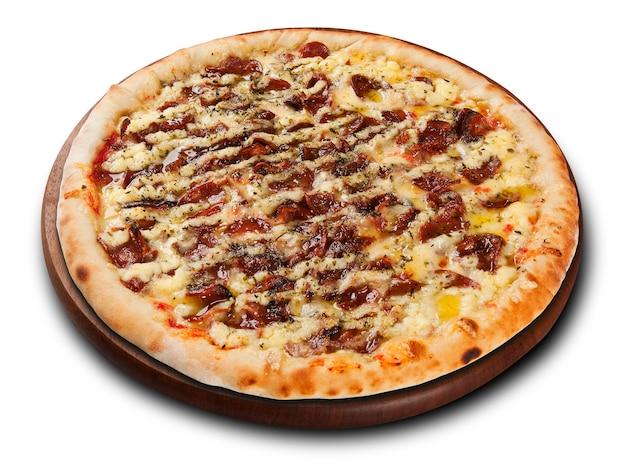 Pizza de calabresa em prato de madeira isolada