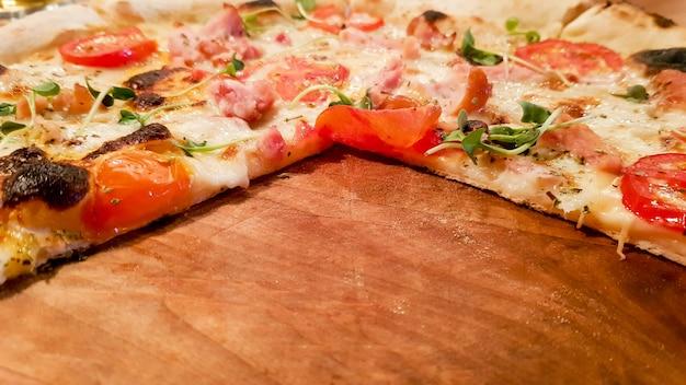 Pizza de calabresa em uma placa de madeira com espaço vazio, copie o espaço. pizza sem três fatias.