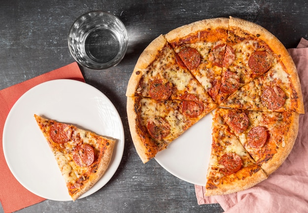 Pizza de calabresa fatiada de cima