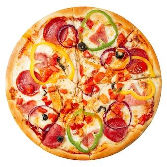 Pizza de calabresa isolada com pimentão