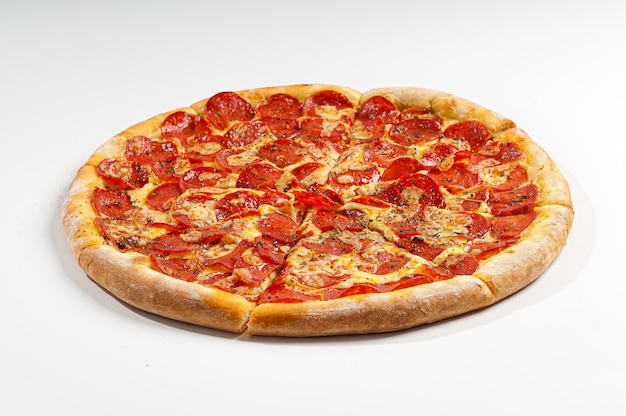 Pizza de calabresa isolada no branco