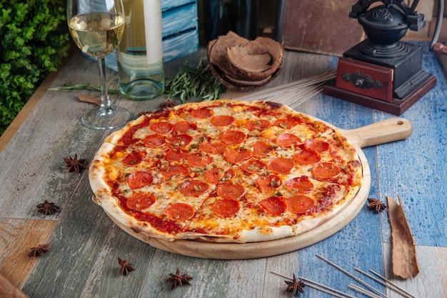 Pizza de calabresa salame molho de tomate queijo