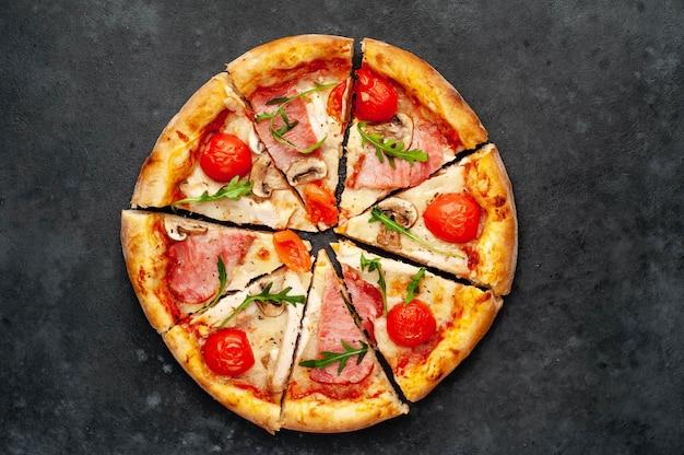 Pizza de carne com queijo, frango, presunto, cogumelos campeões, tomate