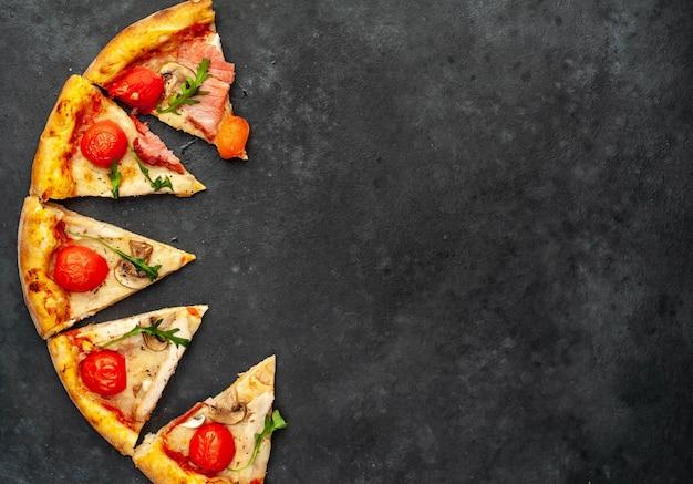 Pizza de carne, fatias de pizza com queijo, frango, presunto, cogumelos, tomates