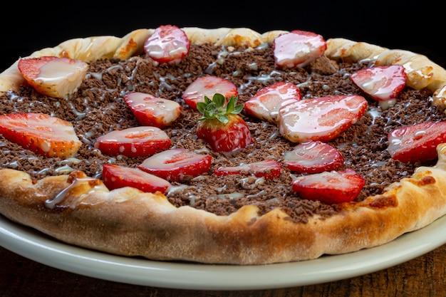 Pizza de chocolate com morango, tradicional da culinária brasileira.