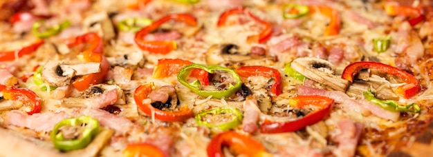Pizza de close-up com pimenta vermelha e ingredientes