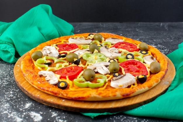 Pizza de cogumelos com tomates vermelhos e azeitonas cogumelos todos fatiados dentro em cinza
