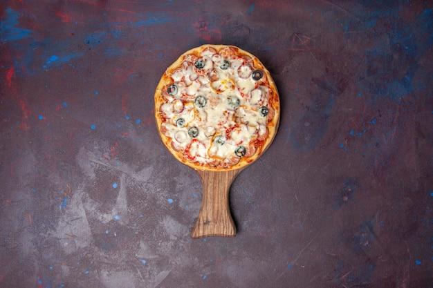 Pizza de cogumelos deliciosa com azeitonas de queijo e tomates em uma superfície escura vista de cima