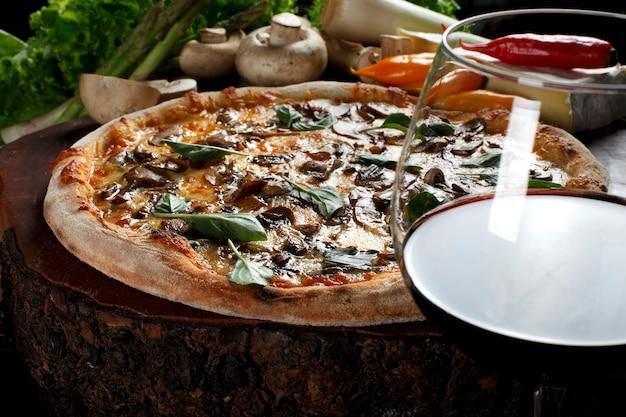 Pizza de cogumelos e vinho tinto