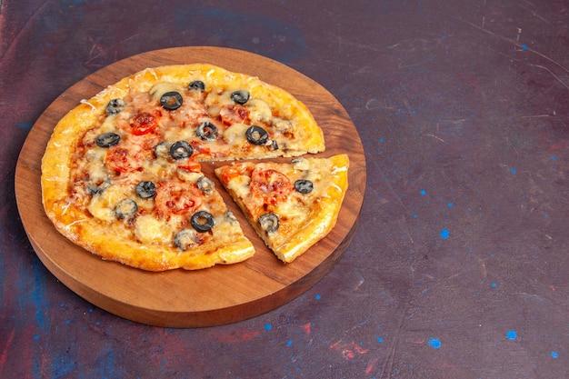 Pizza de cogumelos fatiada em fatias de massa cozida com queijo e azeitonas na superfície escura