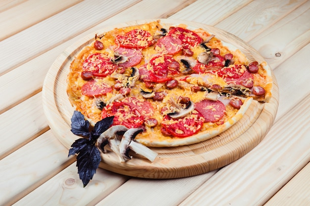 Pizza de cogumelos na mesa de madeira