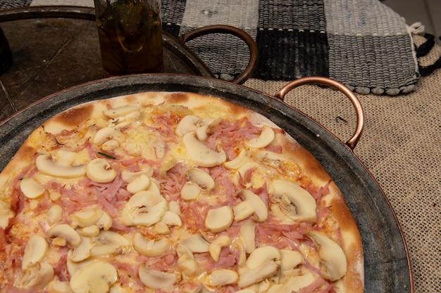 Pizza de cogumelos, queijo e presunto brasileiro, vista de cima