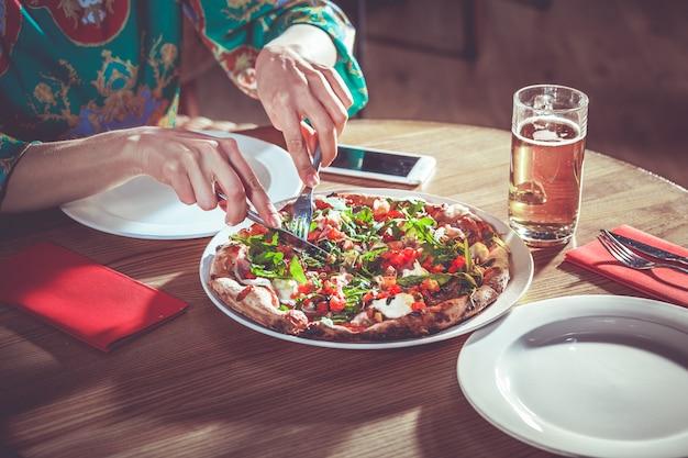 Pizza de corte de mulher