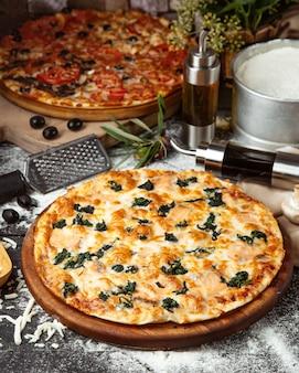 Pizza de espinafre coberta com queijo