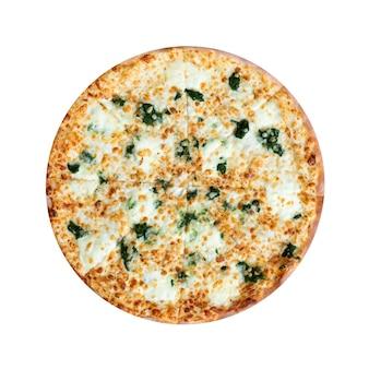 Pizza de espinafre com queijo isolado no fundo branco. vista do topo.